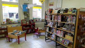 Buchstützen unterstützen @ Kunibertus-Haus | Kerpen | Nordrhein-Westfalen | Deutschland