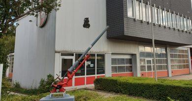 Wasserwerfer ziert Feuerwehr-Gerätehaus